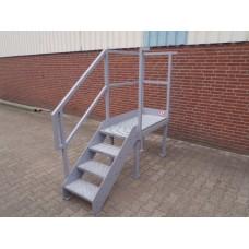 Stalen trap, 72 cm hoog 50 cm breed met plateau.