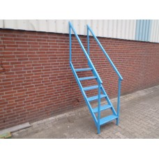 Stalen trap, 120 cm hoog 54 cm breed.