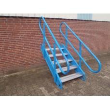 Stalen trap met aluminium traptrede, 90 cm hoog 85 cm breed.